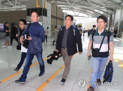 Des journalistes sud-coréens à l'aéroport international de Gimpo pour se diriger vers Pékin le lundi 21 mai 2018.