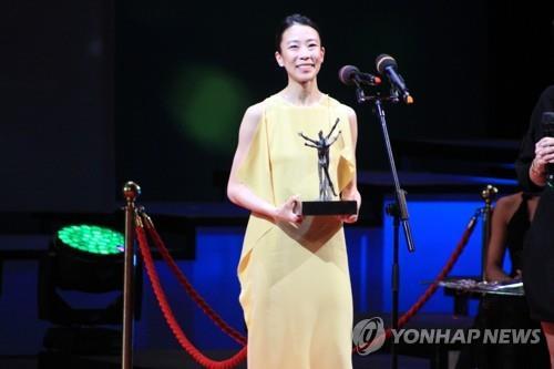 Park Sae-eun pose devant les photographes après avoir remporté le prix Benois de la danse dans la catégorie ballerine à Moscou, le mardi 5 juin 2018.