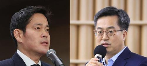 Le vice-Premier ministre de l'Economie et le ministre de la Stratégie et des Finances Kim Dong-yeon (à dr.) et le vice-président du groupe Shinsegae Chung Yong-jin. (Photo d'archives Yonhap)