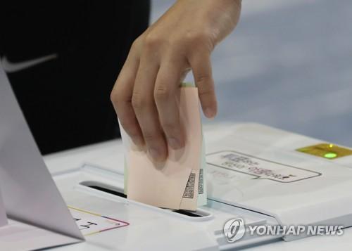 Une personne place ses bulletins dans l'urne le mardi 13 juin 2018.