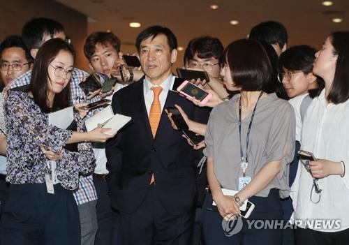 Le gouverneur de la Banque de Corée (BOK) Lee Ju-yeol répond à des questions de journalistes.