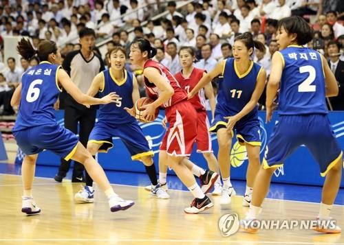 La Nord-Coréenne Ri Jong-ok est entourée de joueuses sud-coréennes ce jeudi 5 juillet 2018 au gymnase Ryugyong Chung Ju-yung à Pyongyang.