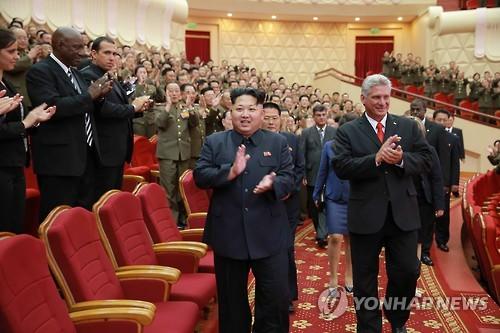 Le dirigeant nord-coréen Kim Jong-un et Miguel Diaz-Canel, alors vice-président du Conseil d'Etat (à droite), lors d'une visite de ce dernier en 2015 à Pyongyang à l'occasion du 55e anniversaire de l'établissement des relations diplomatiques entre les deux pays. (Photo d'archives Yonhap)
