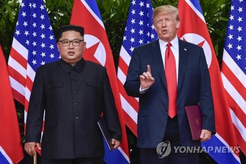 Le dirigeant nord-coréen Kim Jong-un et le président américain Donald Trump lors de leur sommet bilatéral le 12 juin 2018 à Singapour. (AP=Yonhap)