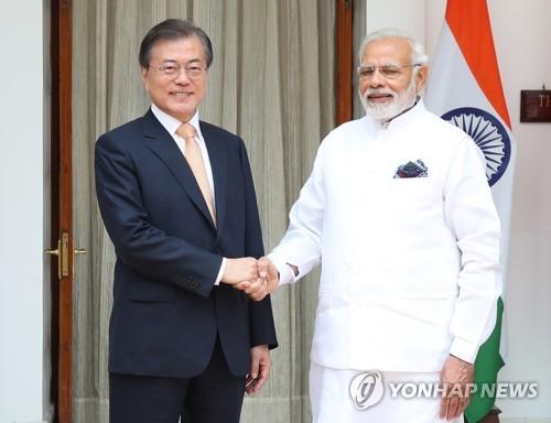 Le président sud-coréen Moon Jae-in et le Premier ministre indien Narendra Modi avant leur sommet bilatéral à New Dehli ce mardi 10 juillet 2018.