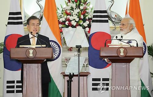 Moon et Modi en conférence de presse après le sommet bilatéral.