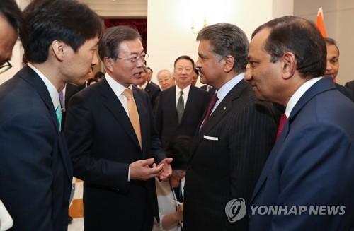 Le président Moon Jae-in en conversation avec Anand Mahindra, président du groupe Mahindra (2e à partie de la droite) ce mardi 10 juillet 2018 à New Delhi.