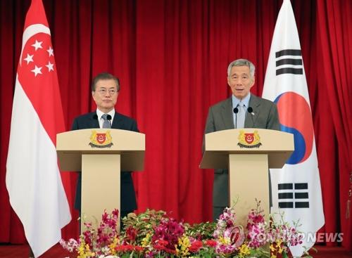 Le président Moon Jae-in et le Premier ministre singapourien Lee Hsien Loong donnent une conférence de presse conjointe le jeudi 12 juillet 2018 au palais présidentiel Istana à Singapour, après leur sommet bilatéral.