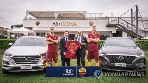 Des représentants de Hyundai Europe et des joueurs de l'AS Roma prennent la pose ce mardi 24 juillet 2018 à l'occasion de la signature d'un contrat de sponsoring entre Hyundai et le club italien de football.