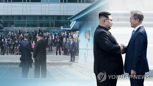 Cette assemblage d'images, fournie par Yonhap News TV, montre une poignée de main entre le président sud-coréen Moon Jae-in et le dirigeant nord-coréen Kim Jong-un lors de leur sommet au village frontalier de Panmunjom le 27 avril 2018.