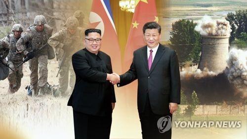 Cette image, fournie par Yonhap News TV, montre le président chinois Xi Jinping (à d.) et le dirigeant nord-coréen Kim Jong-un.