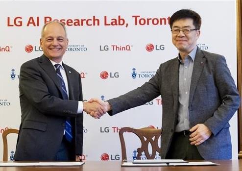 Le directeur de la technologie de LG Electronics Inc., Park Il-pyung, échange une poignée de main avec le président de l'université de Toronto, Meric Gertler, après avoir signé un accord pour des recherches conjointes sur l'intelligence artificielle (IA). © LG Electronics Inc.