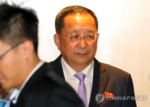 Le ministre nord-coréen des Affaires étrangères, Ri Yong-ho, arrive dans un hôtel de Singapour le vendredi 3 août 2018.