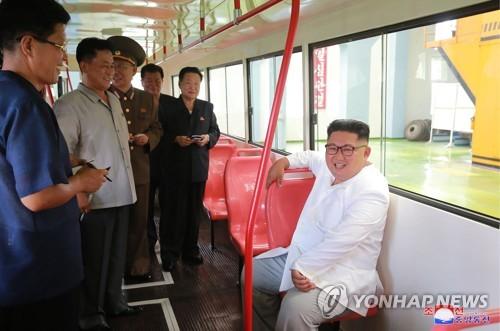 Le dirigeant nord-coréen Kim Jong-un effectue une inspection dans une usine de trolleybus à Pyongyang, a rapporté le samedi 4 août 2018 l'Agence centrale de presse nord-coréenne (KCNA). (Utilisation en Corée du Sud uniquement et redistribution interdite)