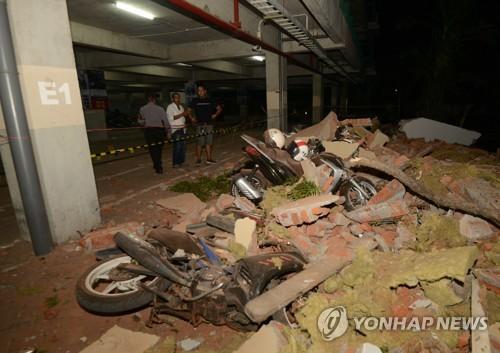 Une partie d'un bâtiment s'est écroulée lors d'un séisme d'une magnitude de 7,0 sur l'échelle de Richter sur l'île de Lombok, en Indonésie.