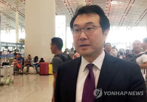 Lee Do-hoon, le représentant spécial pour la paix sur la péninsule coréenne et les affaires de sécurité du ministère des Affaires étrangères, parle à l'agence de presse Yonhap à l'aéroport de Pékin avant son retour en Corée du Sud le lundi 6 août 2018.
