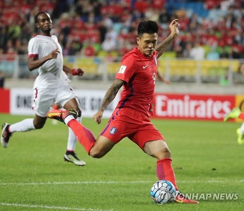 L'attaquant Suk Hyun-jun, sous le maillot de l'équipe de Corée du Sud, lors d'un match de qualification pour la Coupe du monde 2018 contre le Qatar au Suwon World Cup Stadium, dans la province du Gyeonggi, le 6 octobre 2016.