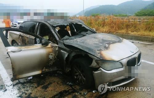 Une BMW 730Ld détruite par le feu le 9 août 2018 sur une autoroute à Sacheon, dans la province du Gyeongsang du Sud.