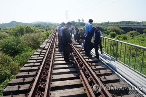 Des officiels ferroviaires des deux Corées inspectent ensemble une portion de la ligne Gyeongui le 24 juillet 2018. ⓒ Ministère de l'Unification