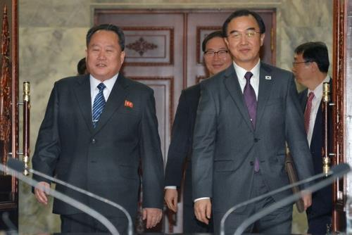 Le ministre de l'Unification, Cho Myoung-gyon (à droite), et Ri Son-gwon, président du Comité pour la réunification pacifique du pays de la Corée du Nord. (Photo d'archives Yonhap)