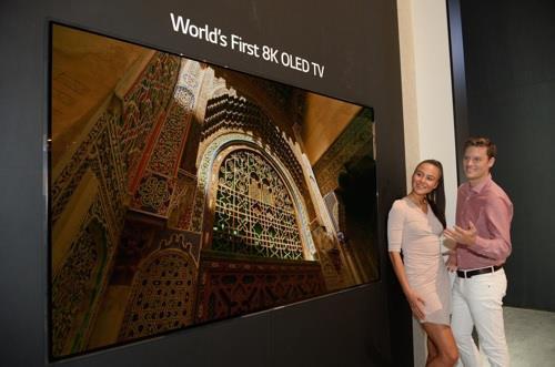Des mannequins posent devant le téléviseur OLED 8K de LG Electronics Inc. © LG Electronics Inc.