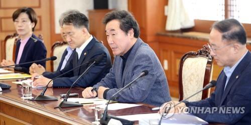 Le Premier ministre Lee Nak-yon (2e à partir de la dr.) prend la parole lors d'une réunion d'urgence au complexe gouvernemental à Séoul, le 9 septembre 2018, suite à la confirmation d'un cas d'infection par le coronavirus du syndrome respiratoire du Moyen-Orient (MERS-CoV), le premier en trois ans dans le pays.