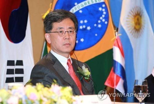 Le ministre sud-coréen en charge des négociations commerciales Kim Hyun-chong assiste à une cérémonie dans un hôtel de Séoul le 25 mai 2018 pour entamer des négociations formelles avec les quatre Etats membres du bloc commercial sud-américain Mercosur, à savoir le Brésil, l'Argentine, le Paraguay et l'Uruguay, afin de parvenir à un accord commercial durant la deuxième moitié de l'année. Photo fournie par le ministère sud-coréen du Commerce.