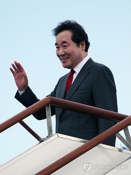 Le Premier ministre Lee Nak-yon salue de la main le 10 septembre 2018 à l'aéroport de Séoul, à Seongnam, avant de se diriger vers Vladivostok pour le Forum économique oriental (EEF).