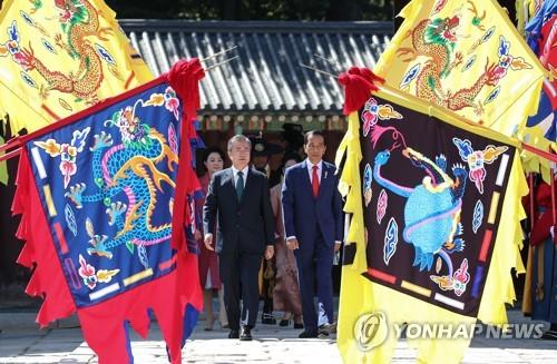 Le président Moon Jae-in et le président indonésien Joko Widodo passent en revue la garde d'honneur le lundi 10 septembre 2018 au palais de Changdeok, dans le centre de Séoul, lors de la cérémonie d'accueil.