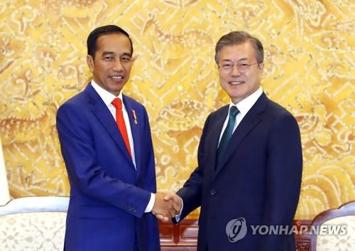 Poignée de main entre le président Moon Jae-in et le président indonésien Joko Widodo ce lundi 10 septembre 2018 au bureau présidentiel avant leur sommet.