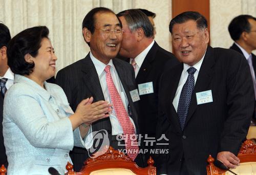 Cette photo datée du 23 octobre 2007 montre le président de Hyundai Motor Chung Mong-koo (à droite), le PDG de Samsung Electronics Yun Jong-yong (centre) et la présidente du groupe Hyundai Hyun Jeong-eun au bureau présidentiel sud-coréen pendant une réunion préparatoire au sommet intercoréen.