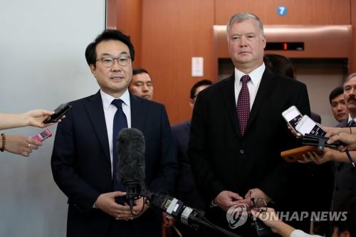 Le représentant spécial pour la paix sur la péninsule coréenne et les affaires de sécurité, Lee Do-hoon, et l'envoyé spécial américain pour la Corée du Nord, Stephen Biegun, expliquent le résultat de leur entretien à des journalistes le mardi 11 septembre 2018.