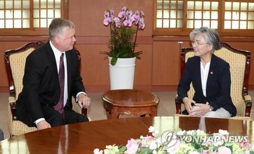 La ministre des Affaires étrangères Kang Kyung-wha rencontre l'envoyé spécial américain pour la Corée du Nord, Stephen Biegun, le mardi 11 septembre 2018 au ministère des Affaires étrangères à Séoul.