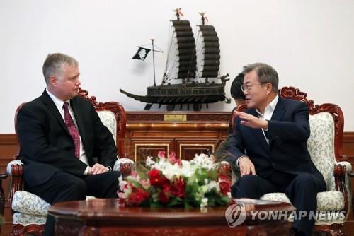 Le président Moon Jae-in et Stephen Biegun au bureau présidentiel.