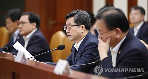 Le ministre de l'Economie et des Finances Kim Dong-yeon dirige une réunion des ministres liés à l'économie au complexe gouvernemental à Séoul le mercredi 12 septembre 2018.