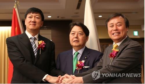 Le ministre de la Culture, du Sport et du Tourisme Do Jong-hwan (à dr.) posent pour une séance photos avec le directeur adjoint de l'Administration générale d'Etat pour le sport de la Chine Gao Zhidan (à gauche) et le ministre japonais du Sport Yoshimasa Hayashi le jeudi 13 septembre 2018 à l'hôtel New Otani à Tokyo, lors de leur réunion tripartite.