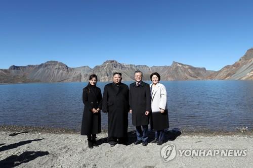 La KCNA salue la visite de Moon et Kim au mont Paekdu