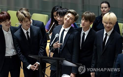 Le groupe de K-pop Bangtan Boys (BTS) pose pour une séance photos le lundi 24 septembre 2018 lors d'un événement organisé en marge de la 73e session de l'Assemblée générale des Nations unies au siège de l'ONU à New York.