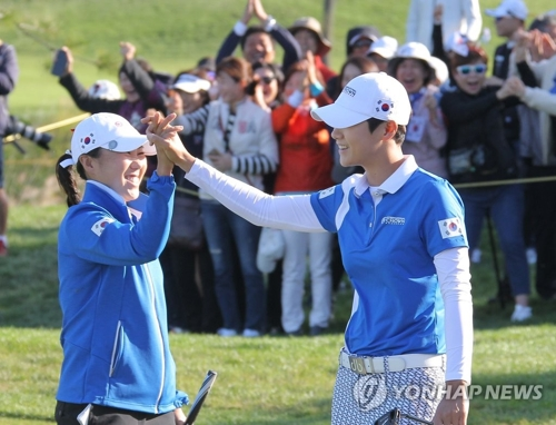 Kim In-kyung (à g.) et Park Sung-hyun, le dimanche 7 octobre 2018 au Jack Nicklaus Golf Club Korea à Incheon.