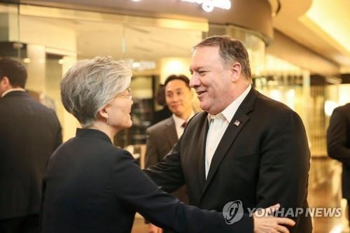 Rencontre entre la ministre des Affaires étrangères Kang Kyung-wha et le secrétaire d'Etat américain Mike Pompeo à Séoul le 7 octobre 2018, sur cette photo publiée par le ministère.