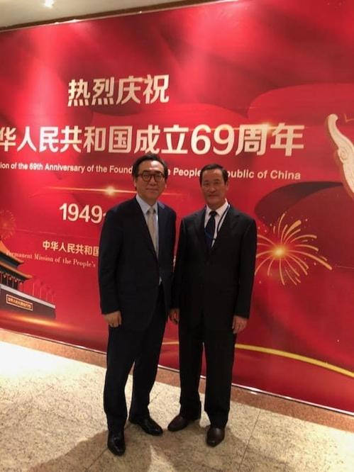 L'ambassadeur sud-coréen auprès des Nations unies (ONU) Cho Tae-yul et son homologue nord-coréen Kim Song posent pour une séance photos le lundi 1er octobre 2018, lors d'une réception à l'occasion de l'anniversaire de la fondation de la Chine à la délégation chinoise à l'ONU à New York. (Capture du compte Facebook de Cho)