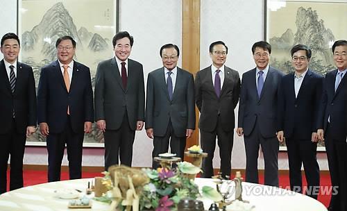 Des officiels de Cheong Wa Dae, du gouvernement et du Parti démocrate (PD) posent pour une séance photos le lundi 8 octobre 2018, lors d'une réunion pour discuter des mesures de suivi du sommet intercoréen de Pyongyang.