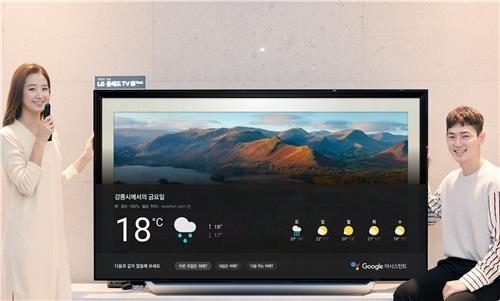 Des mannequins posent avec un téléviseurs LG doté de la version coréenne du système de reconnaissance vocale Google Assistant. © LG Electronics Inc.