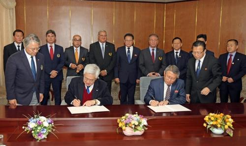 Le président de la WT Choue Chung-won (à gauche) et celui de l'ITF Ri Yong-son signent l'accord à Pyongyang ce vendredi 2 novembre 2018.