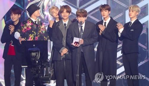 Les membres de BTS remportent le prix de la meilleure danse lors des MBC Plus X Genie Music Awards (MGA), au gymnase Namdong à Incheon, à l'ouest de Séoul.