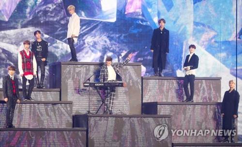 Le groupe Bangtan Boys (BTS) et le chanteur et producteur américain Charlie Puth donnent une représentation conjointe le mardi 6 novembre 2018 au gymnase Namdong à Incheon, à l'ouest de Séoul, lors des MBC Plus X Genie Music Awards (MGA).