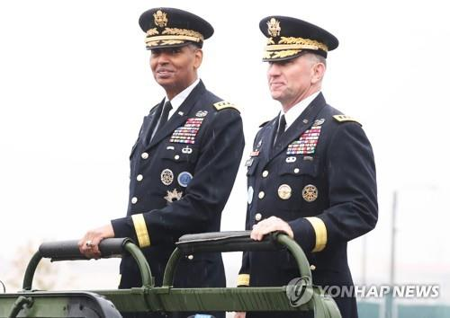 Le commandant en chef sortant des Forces américaines en Corée du Sud (USFK), Vincent Brooks (à g.), et le nouveau commandant de l'USFK, le général d'armée de terre Robert B. Abrams, passent en revue la garde d'honneur le jeudi 8 novembre 2018 à Camp Humphreys à Pyeongtaek, dans la province du Gyeonggi, lors de la cérémonie de passation des pouvoirs.
