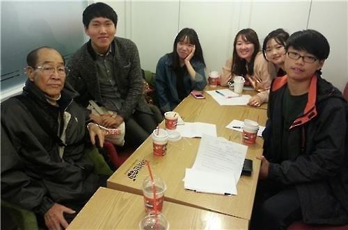 カン・ナクウォンさん(手前左)とトファジのメンバー=(聯合ニュース)