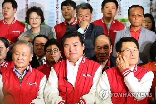 出口調査の結果に消沈するセヌリ党関係者=13日、ソウル(聯合ニュース)
