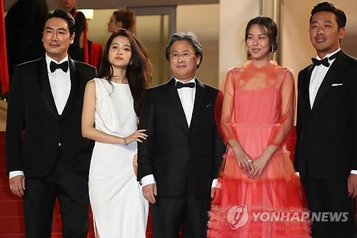 カンヌ映画祭でポーズを取るパク・チャヌク監督(中央)と「お嬢さん(アガシ)」の出演者=15日、カンヌ(AFP=聯合ニュース)